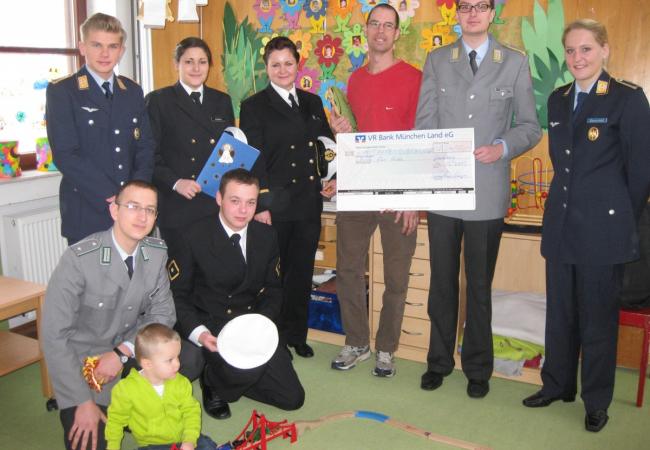 Scheckübergabe der Universitäts-Bundeswehr an Hilfe für Kids bei den Clubmäusen