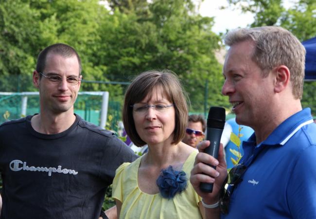 Benefizveranstaltung WWK Kinderstiftung für Hilfe für Kids mit Frauke Gnadl und Dominik Nörr (KJR) und Stefan Sedlmeir (WWK)