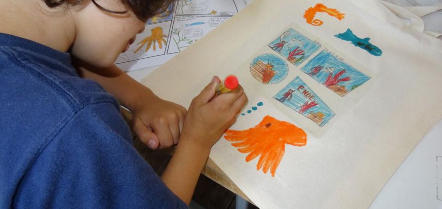 Stofftaschen bemalen in der Geschichten-Werkstatt vom RIVA NORD
