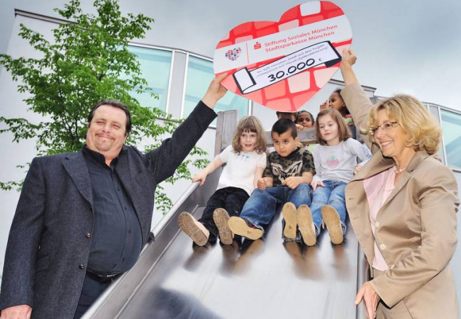 Scheckübergabe Stiftung Soziales München an Hilfe für Kids mit Schirmherr Andreas Giebel