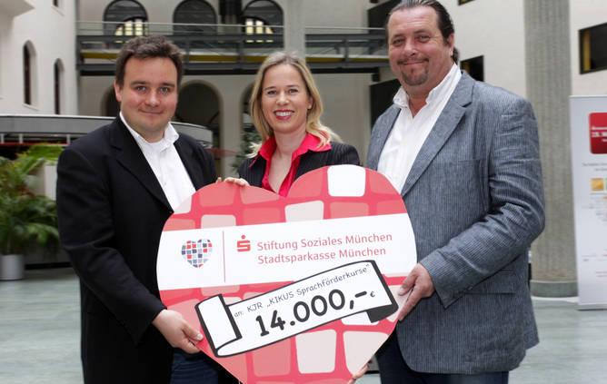 Scheckübergabe Stiftung Soziales München für Hilfe für Kids mit Schirmherr Andreas Giebel