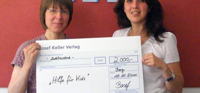 Scheckübergabe Josef Keller Verlag an Hilfe für Kids