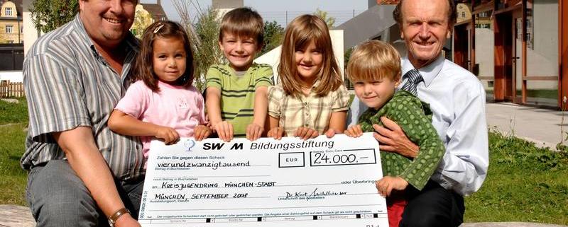 Scheckübergabe SWM Bildungsstiftung an Hilfe für Kids